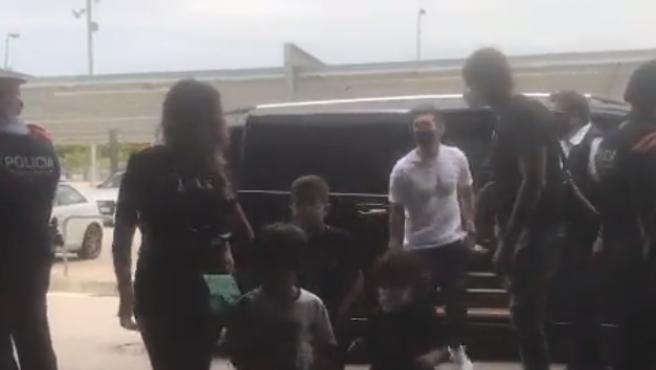 Messi y su familia llegan al aeropuerto de Barcelona para viajar a París.