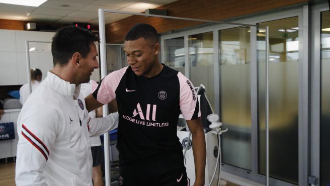 Mbappé y Messi se saludan en el entrenamiento del PSG.