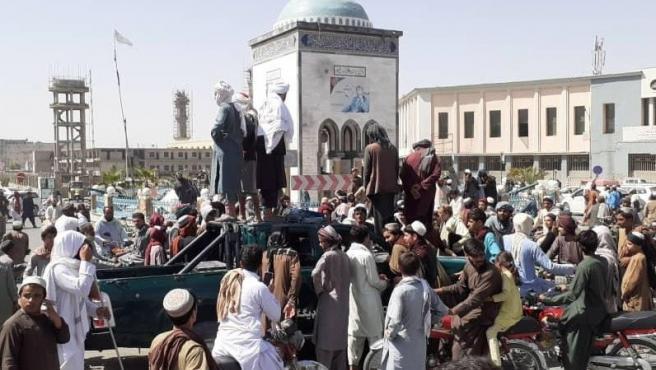 Militantes talibanes se reúnen en torno a la plaza principal tras tomar el control de Kandahar, el 13 de agosto de 2021.