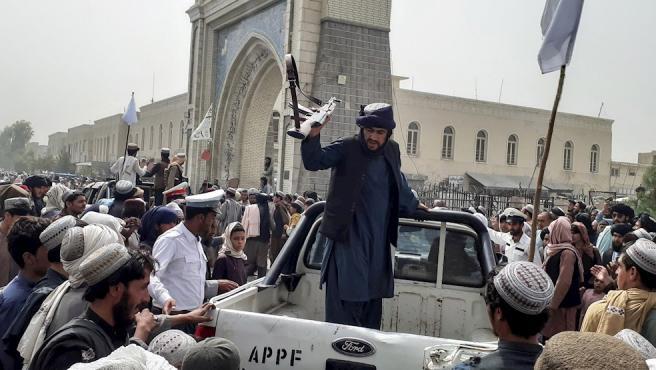 Vista de una patrulla de los talibán, este domingo en la ciudad afgana de Kandahar.