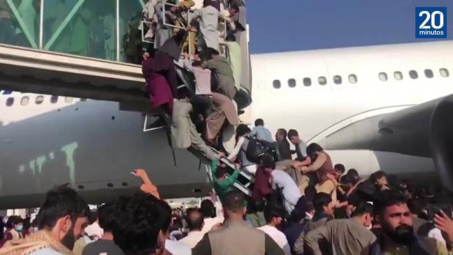 Gente pisoteándose por subir a un avión y atascos infinitos en Kabul en una huida despavorida por el país
