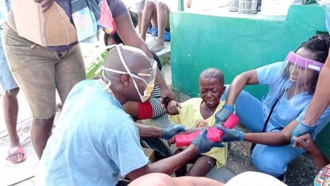 Médicos cubanos tratando a los heridos a causa del último el terremoto en Haití SOCIEDAD LATINOAMÉRICA HAITÍ INTERNACIONAL MINISTRY OF FOREIGN AFFAIRS OF CUBA / XINHUA NEWS