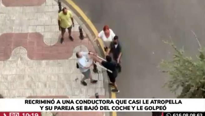 El joven, vestido con camiseta y pantalón negro, en el momento en el que tiró al suelo al anciano por primera vez en un vídeo difundido por Telemadrid.