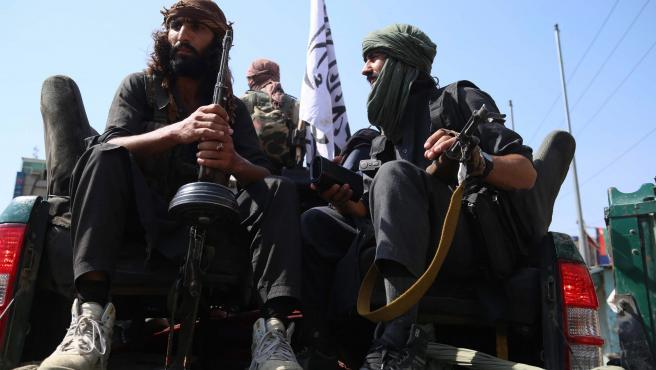 Soldados en Jalalabad horas después de que los talibán tomasen Kabul.