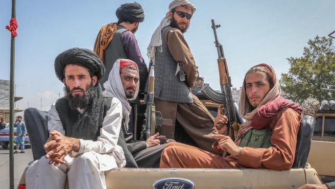 Talibanes viajan en un vehículo por las calles de Kabul en Afganistán.