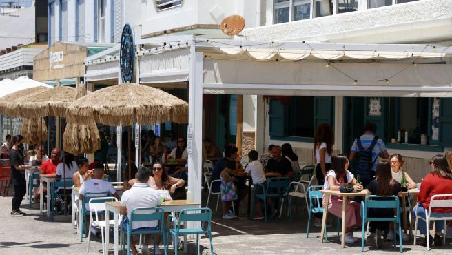 MLG 20-05-2020.-Varias personas disfrutan de la terraza de un bar en el paseo marítimo de Pedregalejo durante la Fase 1 en Málaga.-ÁLEX ZEA.