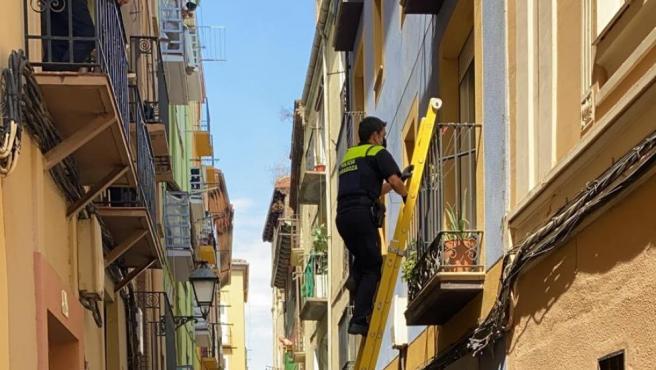 La policía accede a la vivienda ocupada por el balcón