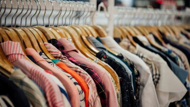 Saca el máximo partido a tu espacio ordenando la ropa con este ingenioso invento.