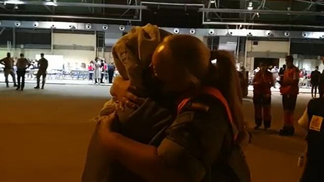 Momento en el que una militar española abraza a una mujer afgana recién llegada a la base de Torrejón de Ardoz.