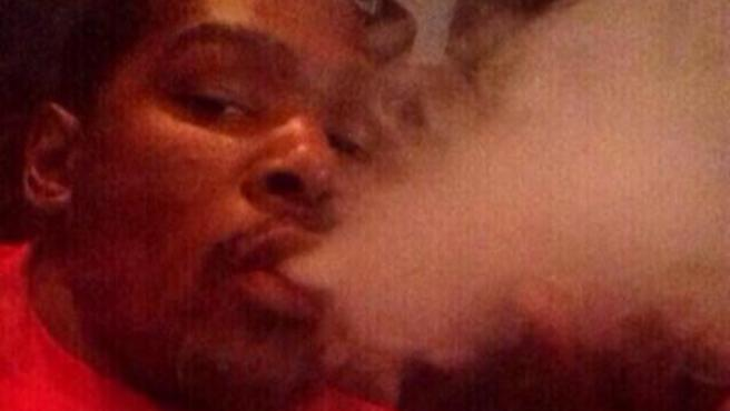 Kevin Durant fumando marihuana.