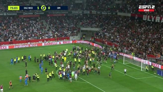 Los ultras del Niza invaden el terreno de juego.