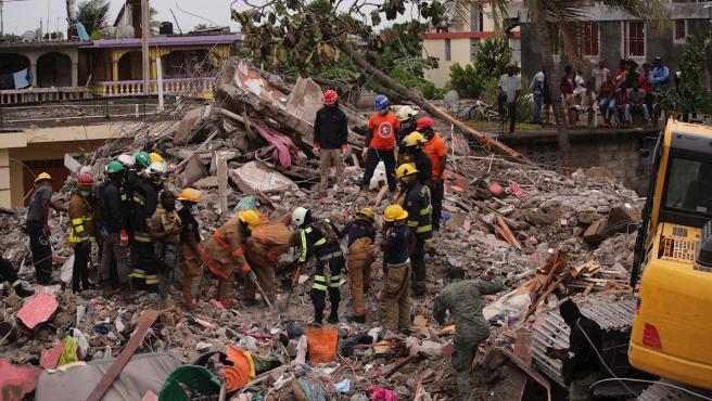 Rescatistas trabajan en las labores de búsqueda y rescate de víctimas y supervivientes del terremoto que sacudió Haití el 14 de agosto.