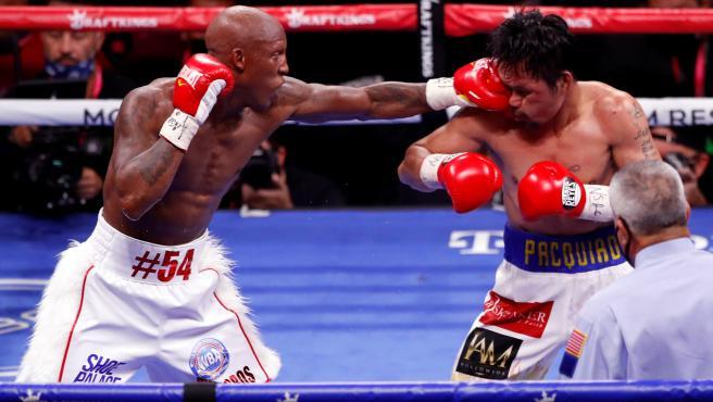 Yordenis Ugas golpea a Manny Pacquiao durante su combate