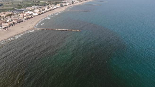 El análisis del agua confirma que la mancha de las playas de El Puig y Pobla de Farnals está causada por una microalga