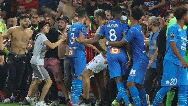 Jugadores y ultras se enfrentan en el partido entre Niza y Marsella.