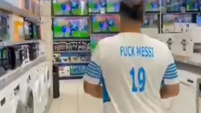 Ultra del Olympique de Marsella con la camiseta 'Fuck Messi 19'