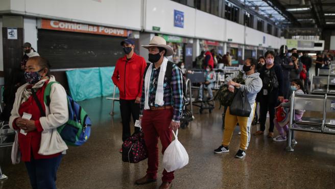 Un grupo de pasajeros del Aeropuerto Internacional de Bogotá.