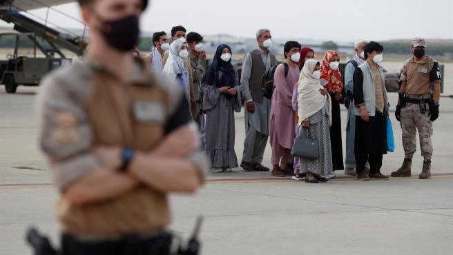 Algunos de los pasajeros tras desembarcar del avión procedente de Dubai con 290 evacuados de Afganistán, este martes en la base aérea de Torrejón de Ardoz.