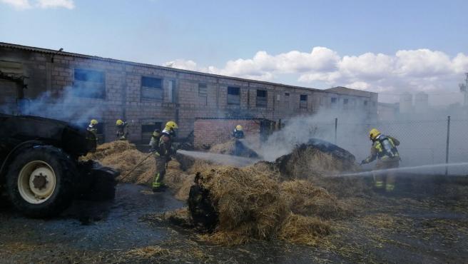 Los Bombers controlan un incendio originado en un tractor en Lleida