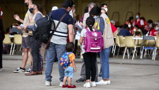 Varios refugiados afganos llegan a la base aérea de Torrejón de Ardoz.