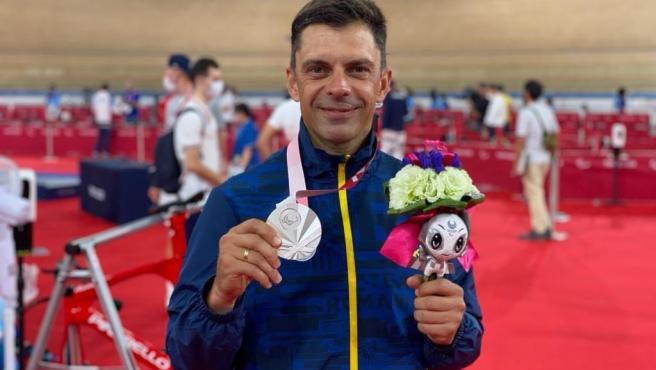 Eduard Novak posa con la medalla