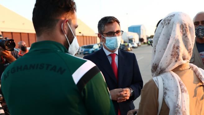 El ministro de la Presidencia, Félix Bolaños, recibe a personas evacuadas desde Afganistán en Torrejón de Ardoz (Madrid).