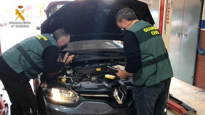 La Guardia Civil investiga a dos personas por vender 41 vehículos con los kilómetros manipulados