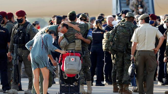 Personal militar español a su llegada a la base militar de Torrejón de Ardoz, donde se espera que esta tarde aterricen en España los dos últimos aviones en los que viajan los últimos evacuados y unidades de las tropas españolas.