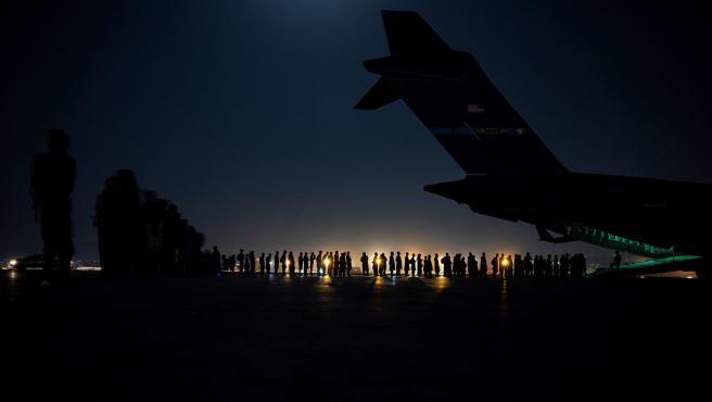 Tripulación de las Fuerzas Aereas estadounidenses preparándose para el despegue y la evacuación de  ciudadanos afganos en el aeropuerto internacional Hamid Karzai, en Afganistán.