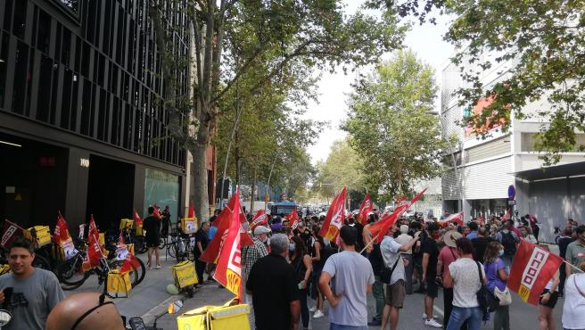 Unos 150 trabajadores de Glovo se concentran en Barcelona para pedir mejoras laborales.