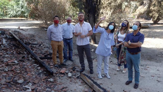 La delegada del Gobierno en Madrid, Mercedes González (3d), y el alcalde de Batres, Víctor Manuel López (3i), entre otros, este viernes recorriendo la zona afectada por el incendio forestal.