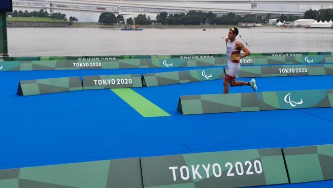 """Armengol destaca el """"talento"""" de Alejandro Sánchez tras ganar el bronce en el triatlón PTS4 de los Juegos Paralímpicos"""