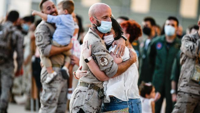 Robles felicita a los últimos 53 militares españoles procedentes de Dubai en la Base Aérea de Zaragoza