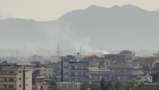 Una columna de humo en el lugar próximo al aeropuerto de Kabul donde se ha registrado una explosión.