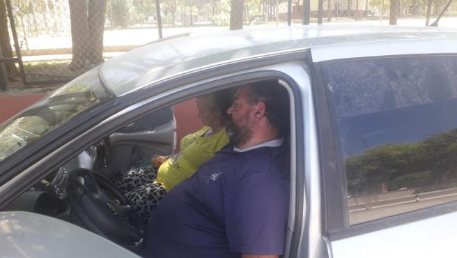 Lucía y José Luis en el coche donde viven con sus hijos.