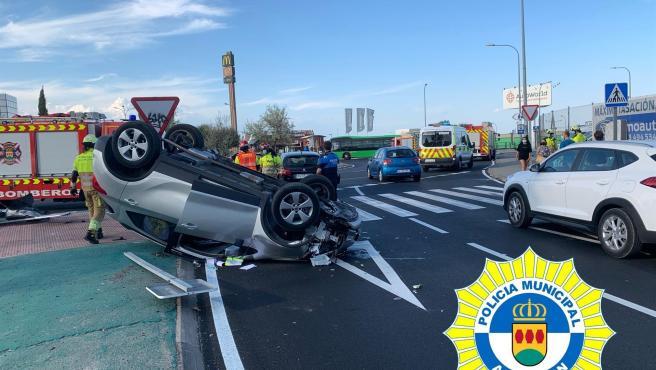 Rescatan a un conductor que quintuplicaba la tasa de alcohol permitida y volcó en un accidente en Alcorcón