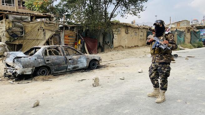 Un talibán hace guardia frente a un vehículo empleado para lanzar cohetes hacia el aeropuerto de Kabul este lunes.