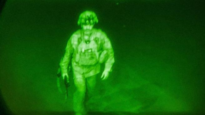 El último miembro del Ejército estadounidense en tierras Afganas, el comandante Chris Donahue, dejando Kabul