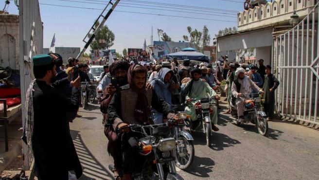 Un grupo de talibanes celebran la salida de EE UU.
