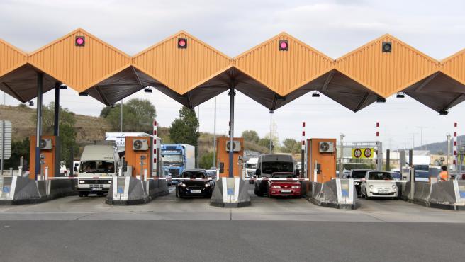 Vehículos parados en la barrera del peaje de la AP-7 en La Roca del Vallès (Barcelona), horas antes de que se elimine el pago en la medianoche de este martes.
