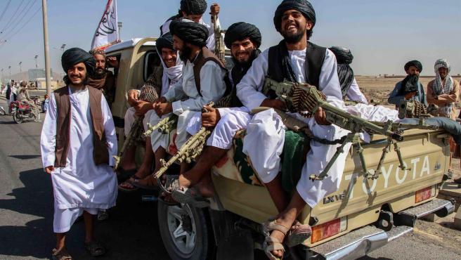 Talibanes celebrando la toma de Afganistán.