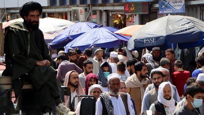 Viandantes en una calle de Kabul, Afganistán.