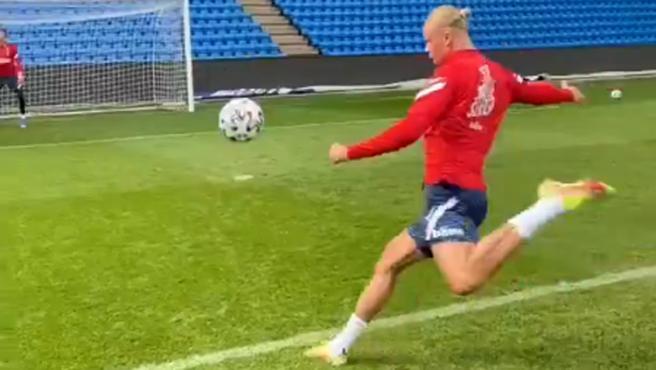 El delantero del Borussia Dortmund, Erling Haaland, que está preparando los partidos internacionales con la selección de Noruega, demostró su potencia de tiro ejecutando una volea increíble durante un entrenamiento.