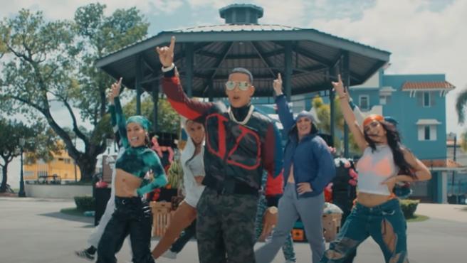 Daddy Yankee en el videoclip de 'Métele al perreo'.