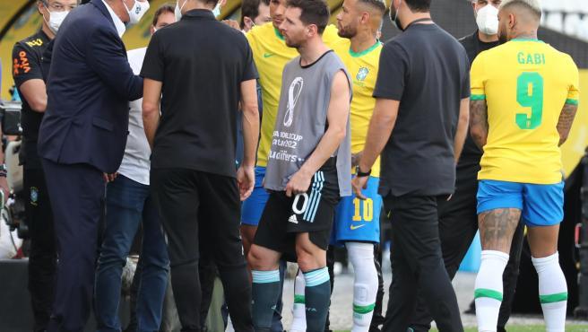 Lionel Messi y Neymar, entre otros jugadores, escuchan al entrenador brasileño, Tite, tras la suspensión del partido de las eliminatorias sudamericanas para el Mundial de Catar 2022 entre Brasil y Argentina.
