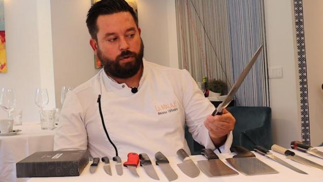 Manu Urbano, propietario de La Malaje, nos muestra los cuchillos con los que trabaja en su cocina.