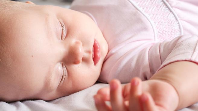 La manera más segura de acostar un bebé es boca arriba, aunque tenga reflujo.
