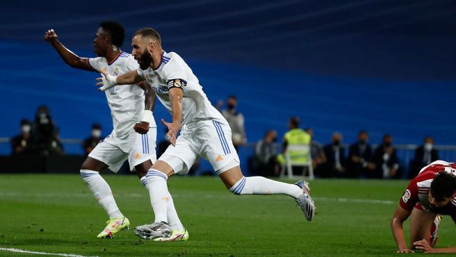 Benzema y Vinícius celebran un gol.