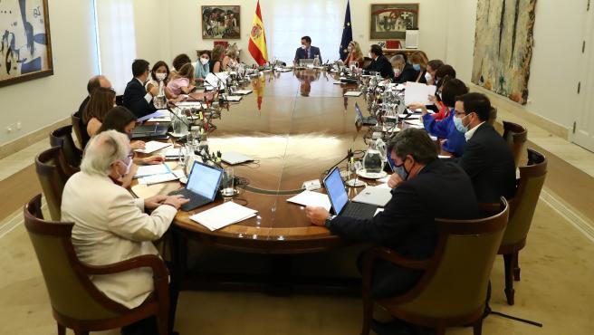 Pedro Sánchez, presidente del Gobierno, preside el Consejo de Ministros.