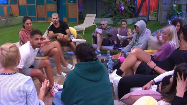 Los concursantes discutiendo sobre la prueba este sábado.